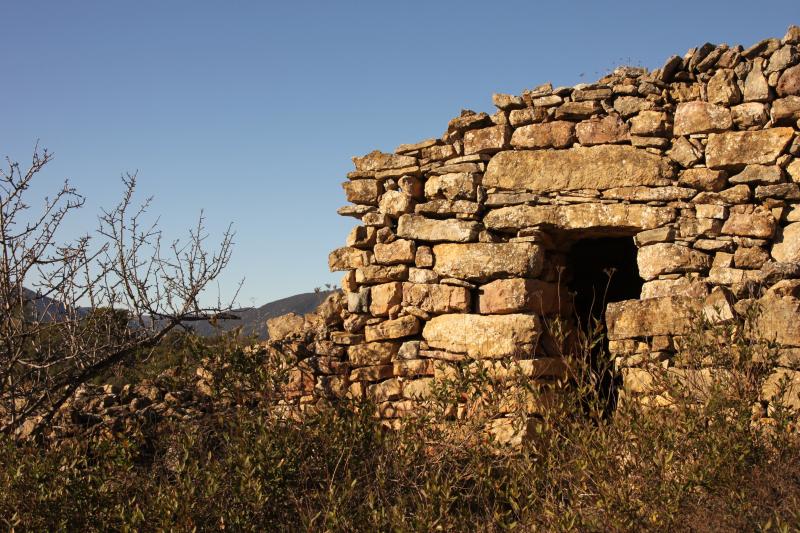 Typisches Steinhaus inmitten der Weinberge