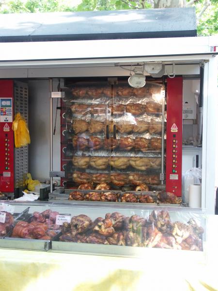 Brathähnchen auf dem Wochenmarkt in Saint-Chinian